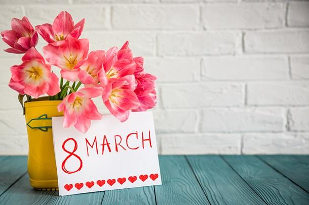 Що подарувати жінці на 8 березня?